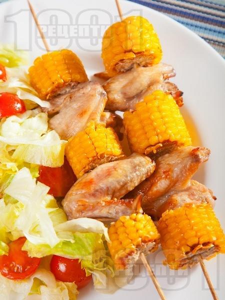 Мариновани пилешки крилца с мед и лимон на шиш с царевица - снимка на рецептата